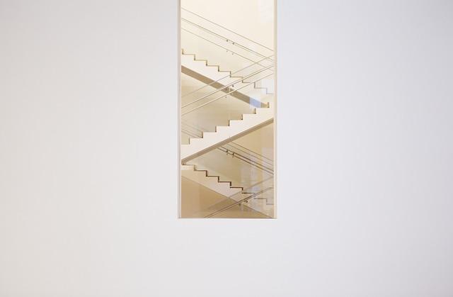okno na schodišti
