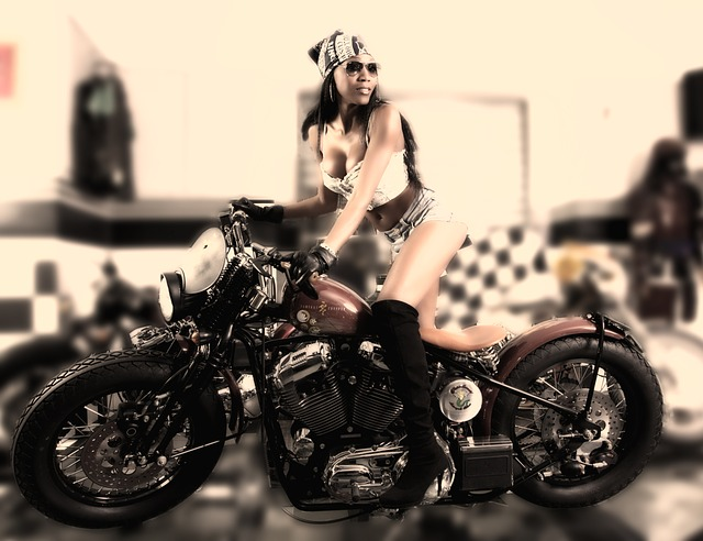 Žena v sexi oblečení sedí na motorke.jpg